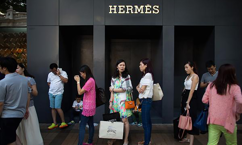 101061068-chinese queue in hermes store.600x400